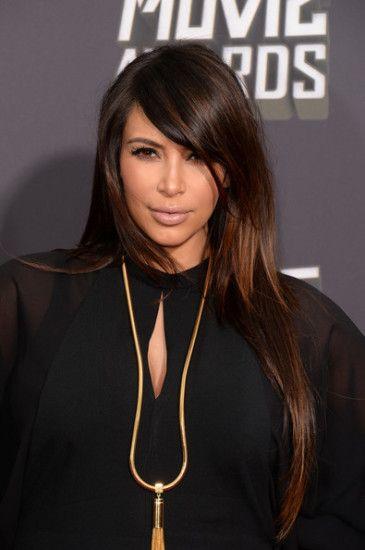 Boja kose mocha u kombinaciji s tamnom kožom