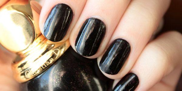Lijepa manikura pomoću crne lak
