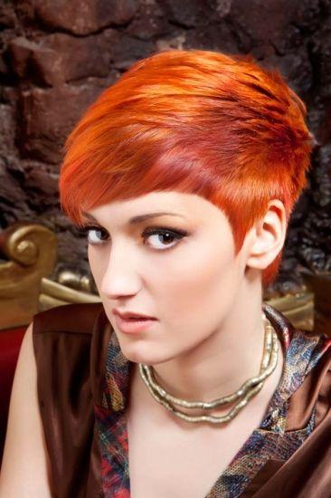Ekstravagantna frizura s kratkim šiškama